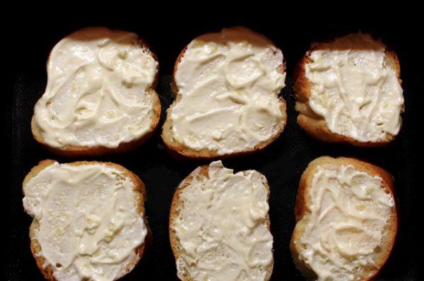 Кусочки хлеба с майонезом в противне