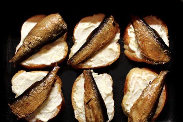 Заготовки для горячих бутербродов со шпротами в противне