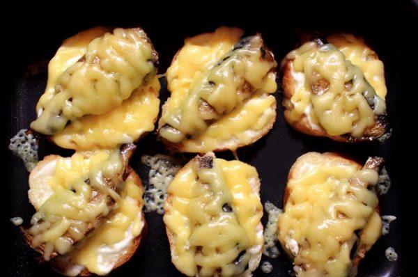 Готовые горячие бутерброды со шпротами в противне