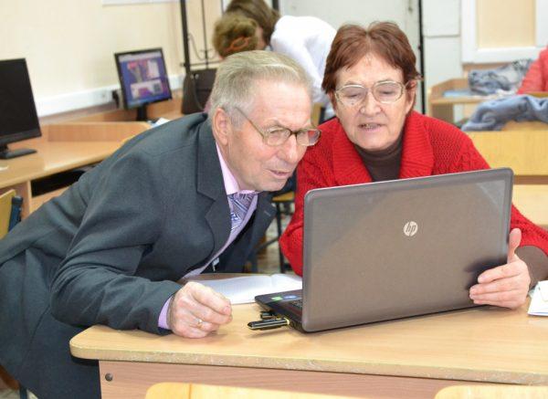 Дедушка с ноутбуком