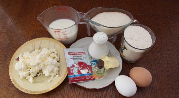 Продукты для приготовления творожного кулича на столе