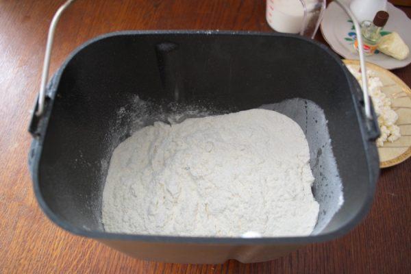 Мука в чаше хлебопечки