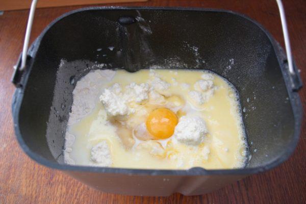 Ингредиенты для творожного теста в чаше хлебопечки