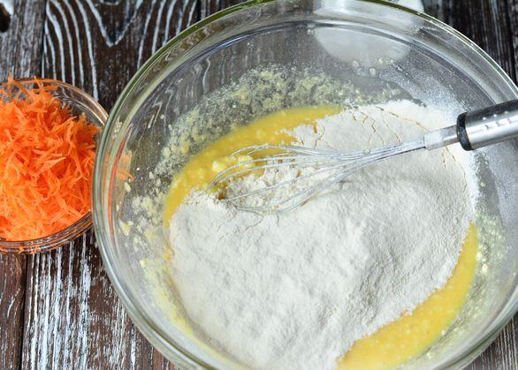 Творожно-яичная смесь и мука в стеклянной миске