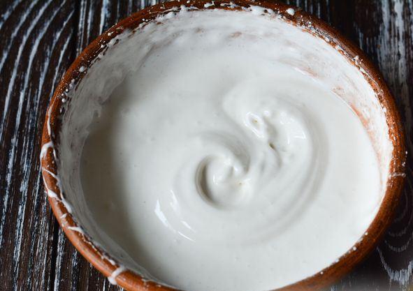 Белковая глазурь в керамической миске на столе