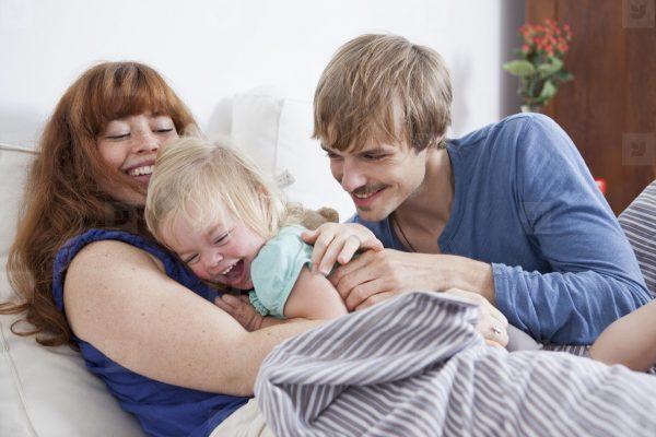 Родители, ребёнок, щекотание