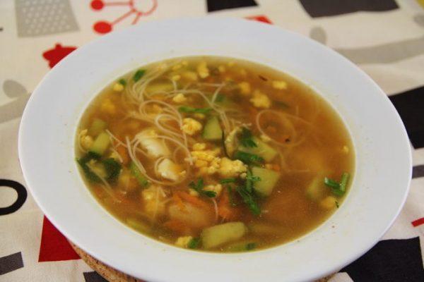 Куриный суп с яйцом и лапшой