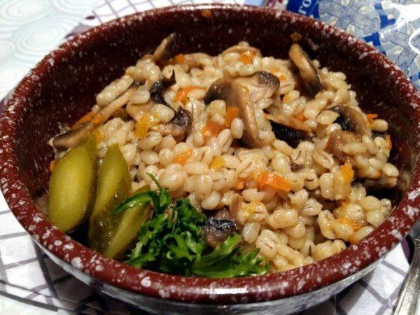 Каша с грибами в тарелке