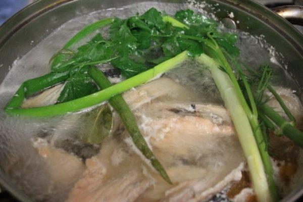 Рыба с зеленью в воде
