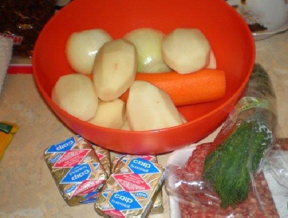 Овощи, зелень, фарш и сыр для супа