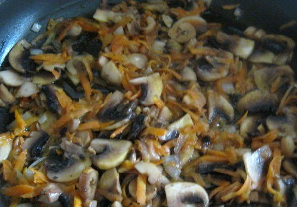 Лук, морковь и грибы
