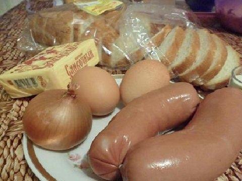 Сардельки, лук, хлеб