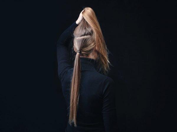 Горизонтальный пробор на голове девушки