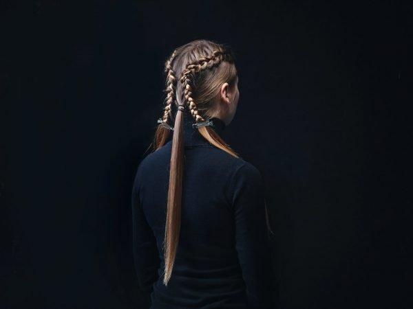 2 косы на голове девушки