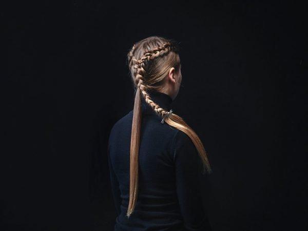 Соединённые косы на голове девушки