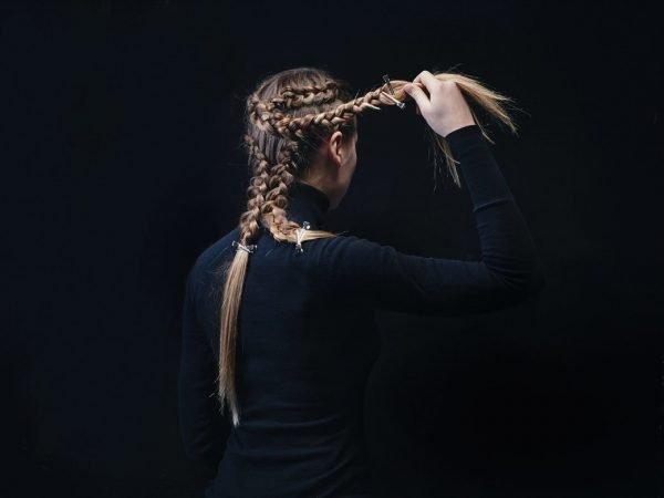 3 косы на голове девушки