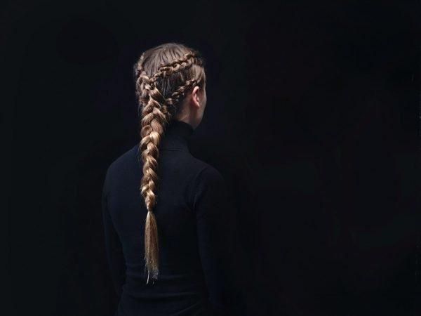 Коса на голове девушки
