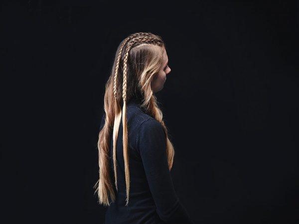 Две косы в центральной части головы девушки
