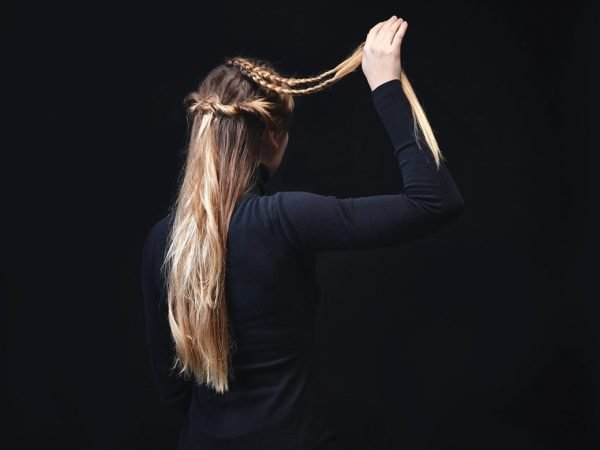 Закрученные и соединённые между собой жгуты из волос на голове девушки