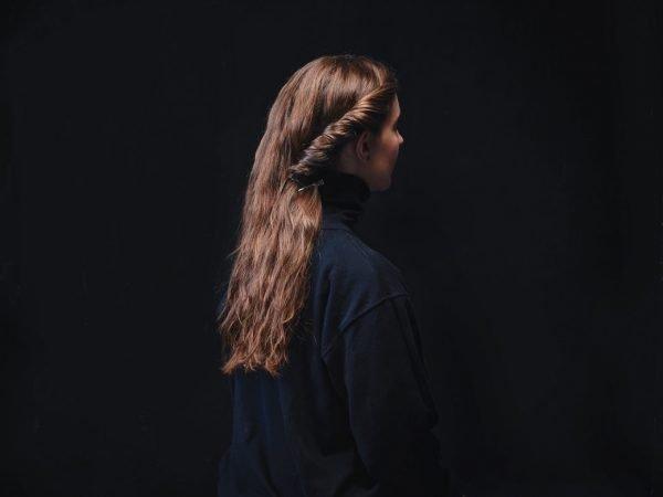 Объёмный жгут сбоку на голове девушки
