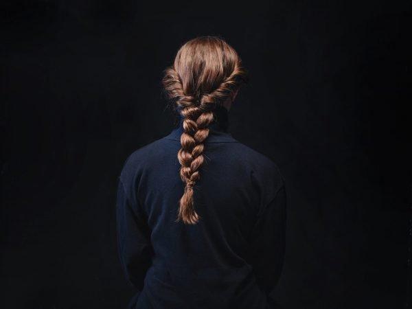 Коса из жгутов на голове девушки
