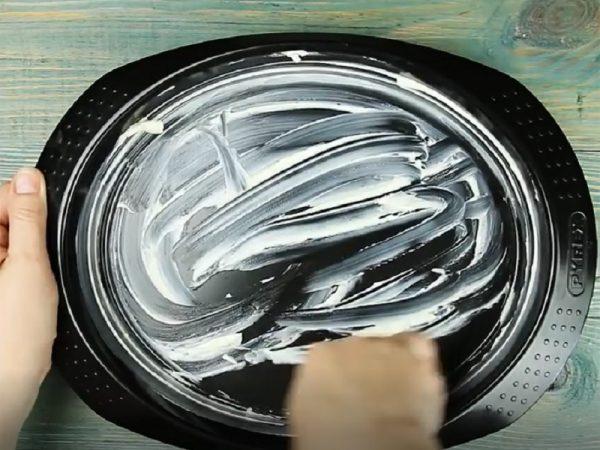 Смазанная сливочным маслом овальная форма для запекания