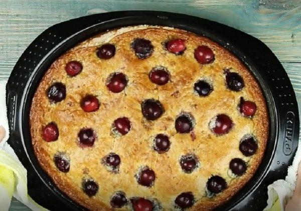 Готовый вишнёвый пирог в овальной форме для выпекания