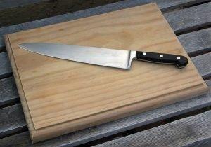 Нож на столе