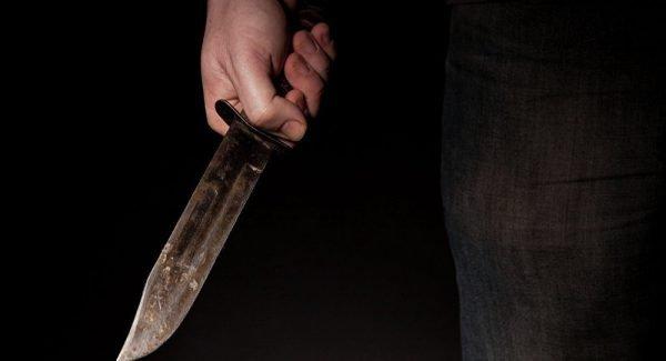 Человек с ножом в руке