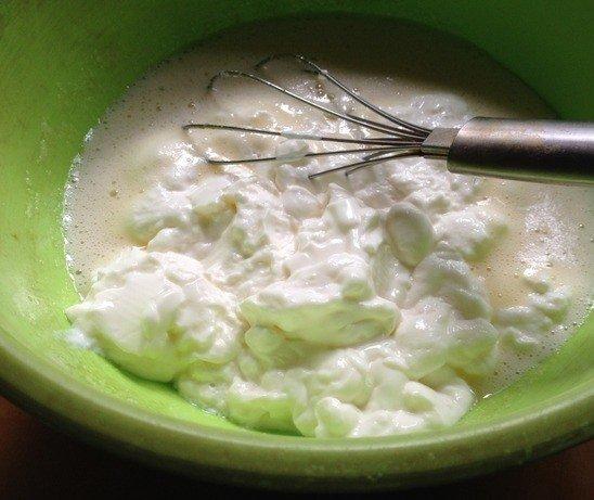 Натуральный йогурт в миске с яичной смесью