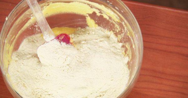 Мука в миске со масляно-яичной смесью