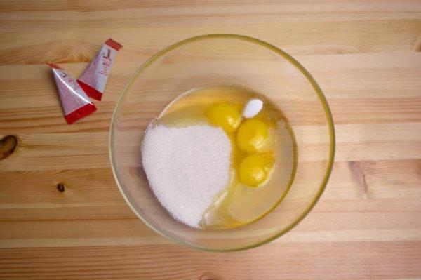 Яйца и сахар в стеклянной мисочке