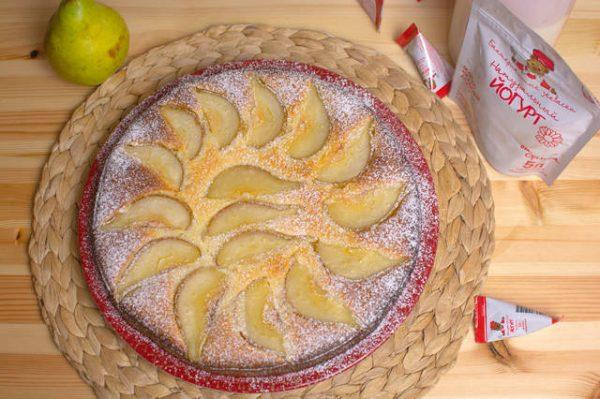 Пирог с грушами на столе