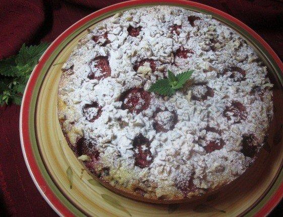 Пирог с клубникой на блюде