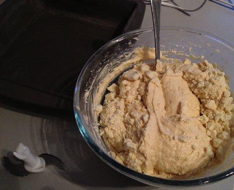Тесто для йогуртового пирога с белым шоколадом в стеклянной ёмкости