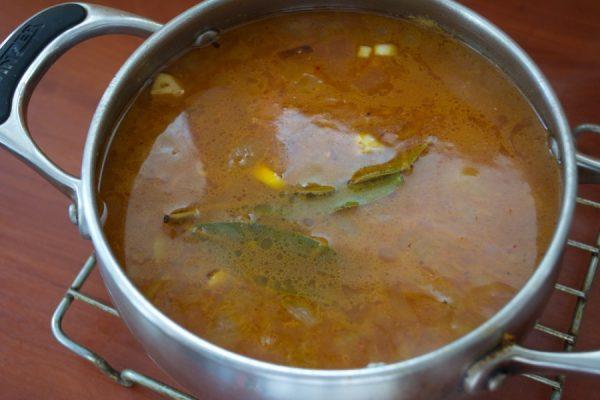Кастрюля с супом на металлической решётке
