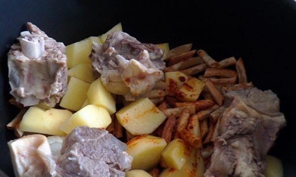 Заготовка для говяжьего супа в кастрюле