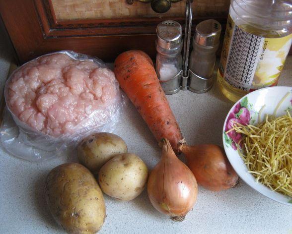 Продукты для супа с фрикадельками на столе