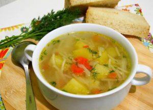 Простой, но вкусный суп с макаронами и картофелем легко утолит голод ваших домочадцев