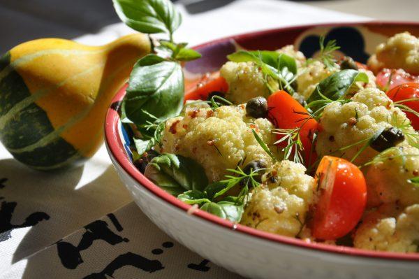 Салат из цветной капусты с томатами и каперсами