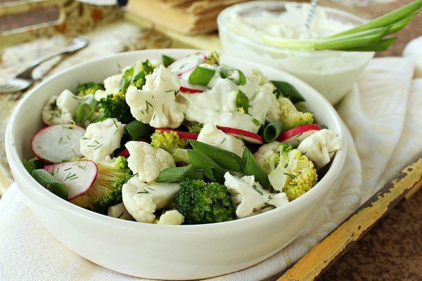 Хрустящий салат из цветной капусты с брокколи