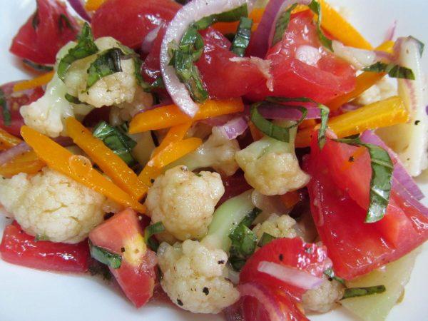 Хрустящий салат из цветной капусты в пряном маринаде