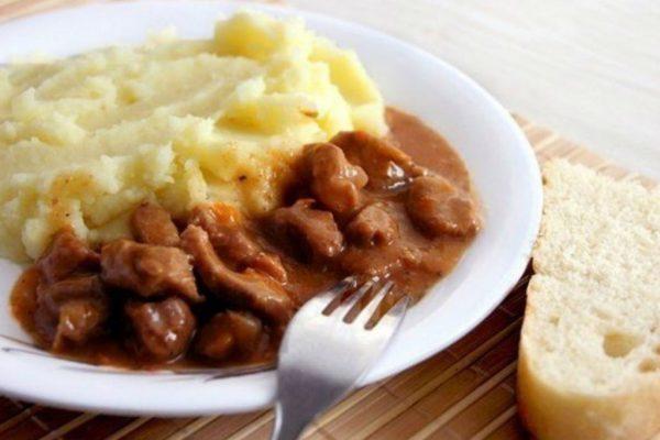 Мясо с подливой и гарниром
