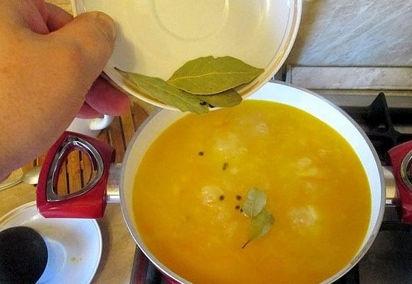 Суп и лавровый лист