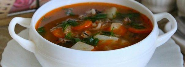 Чашка супа с килькой в томатном соусе