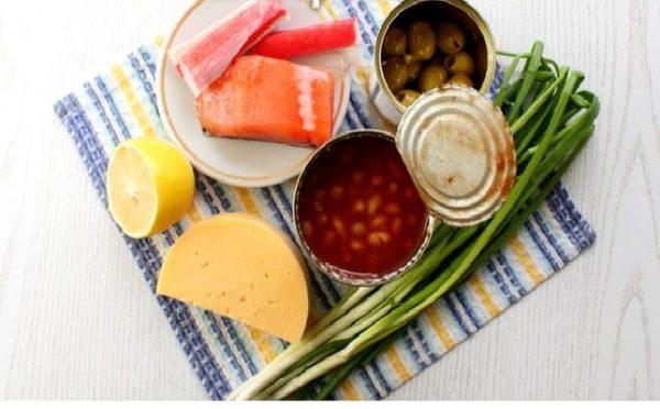 Сёмга, крабовые палочки, фасоль, сыр, лимон