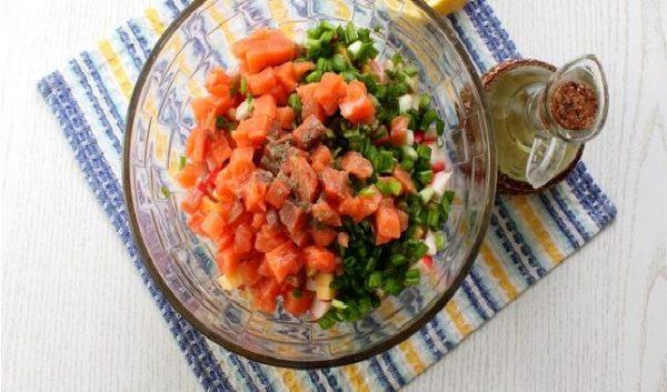 Сёмга и лук в салате