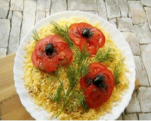 Салат «Красные маки» с помидорами