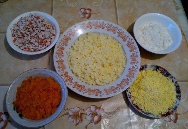 Подготовленные для салата продукты