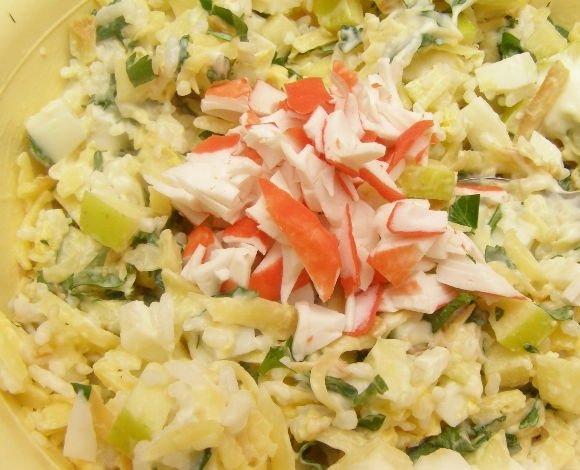 Салат с кусочками крабовых палочек